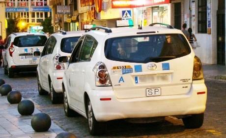Fórmulas que intentan paliar la crisis del taxi en Huelva